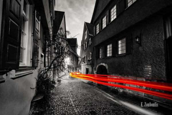 Bild der Oberen Beutau in Esslingen in Schwarzweiss und einem Lichtschweif in roter Farbe.