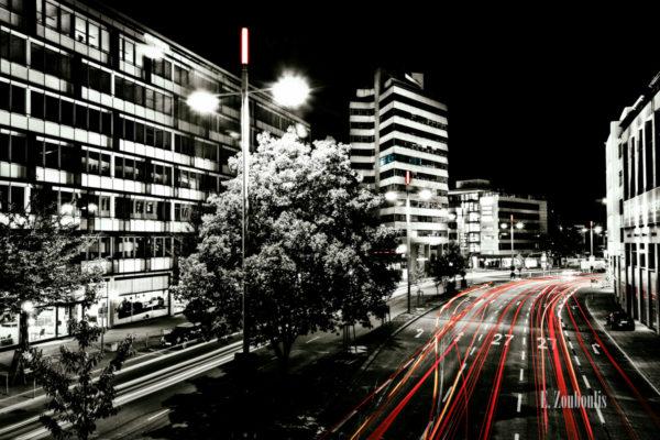 Schwarzweiss-Aufnahme über der B27 in der Stuttgarter Innenstadt mit roten Lichtschweifen, die den Verkehr kennzeichnen