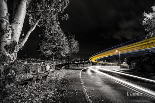 Schwarzweissbild mit gelbem Lichtschweif am Killesberg