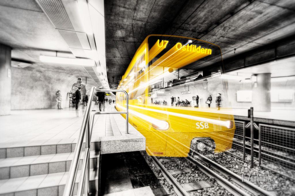 Schwarzweissbild mit gelber Strassenbahn in Lichtgeschwindigkeit