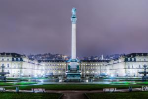 Nachtaufnahme vom Neuen Schloss in Stuttgart