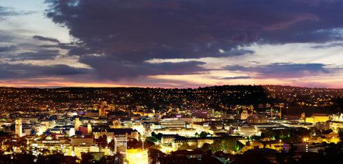 Nachtaufnahme in Stuttgart. In der Mitte des Bildes unten befindet sich der Charlottenplatz
