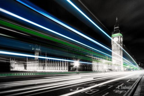 Schwarzweiss-Aufnahme in London mit farbigem Lichtschweif und Big Ben im Hintergrund