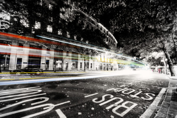 Schwarzweiss-Aufnahme in Alwych, London mit farbigen Light Trails