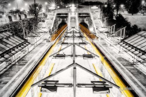 Schwarzweiss-Aufnahme am Pragsattel mit ein- und ausfahrenden Strassenbahnen in gelb