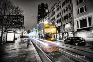 Schwarzweiss-Aufnahme mit farbiger Geister-Tram in München