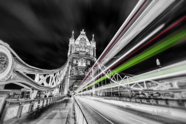 Die Tower Bridge, London in schwarzweiss mit farbigem Lichtschweif, der den Verkehr kennzeichnet