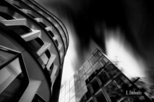 Schwarzweiss-Aufnahme die Gebäude in London hinauf