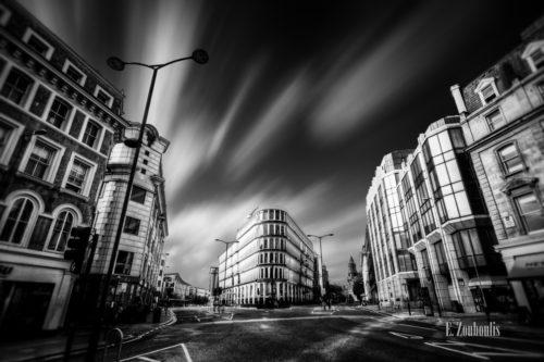 Schwarzweiss-Aufnahme an einer Kreuzung in London