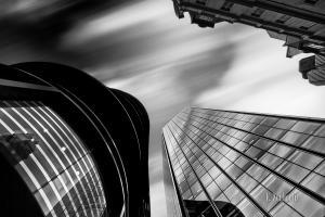 Schwarzweiss-Aufnahme mit Blick moderner Fassaden in London