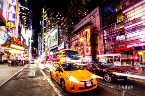 Fahrzeuge, die mitten am Broadway in New York City direkt vor die Kamera fahren, umgeben von funkelnden Lichtern