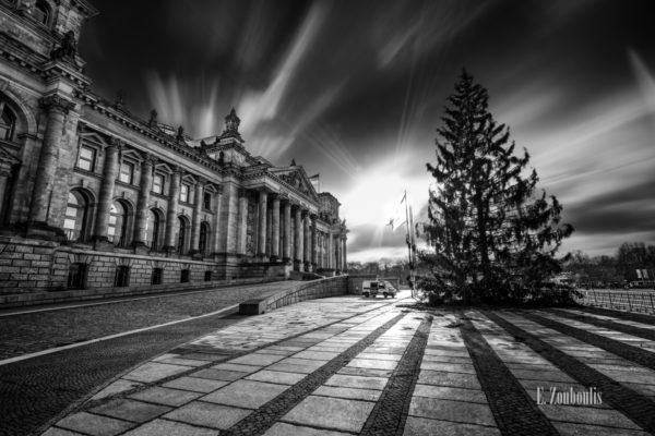 Schwarzweiss-Aufnahme am Reichstag in Berlin