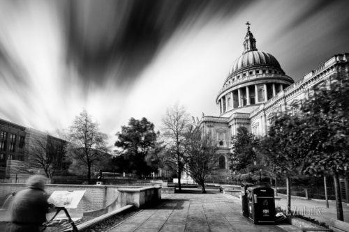 Langzeit-Aufnahme an der St. Paul's Kathedrale in London