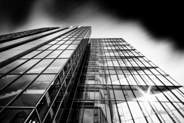 Schwarzweiss-Aufnahme an der Fassade des BW Bank Gebäudes in Stuttgart