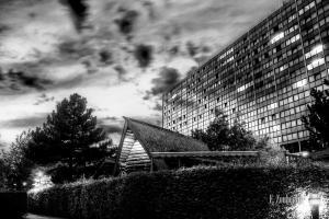 Schwarzweiss-Aufnahme hinter den Schwabenquellen am SI Centrum in Stuttgart
