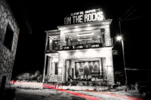 Schwarzweiss-Aufnahme an einer schönen Fassade eines Rock Cafès mit rotem Lichtschweif im Vordergrund