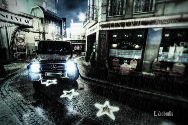 Ein Mercedes AMG G63, der bei Nacht und strömendem Regen durch die Straßen des Europa Park umherschleicht