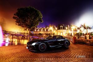 Nachtaufnahme eines Mercedes Benz SLS AMG Black Series mitten im französischen Viertel des Europa Park