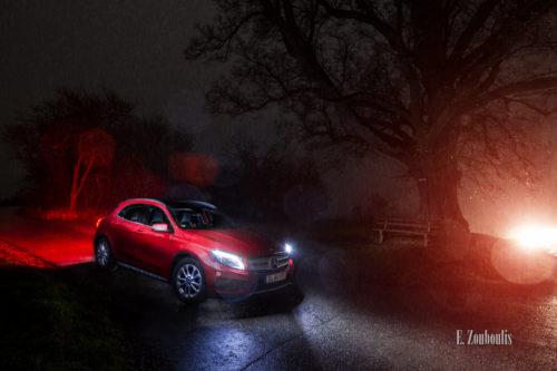 Nachtaufnahme eines roten Mercedes Benz GLA bei Regen