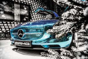 Schwarzweiss-Aufnahme mit blauem Mercedes AMG SLS Electric