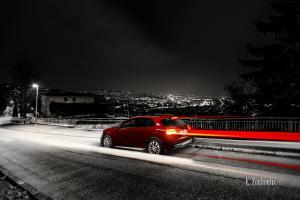 Schwarzweiss-Aufnahme mit rotem Mercedes Benz GLA an der Alten Weinsteige in Stuttgart