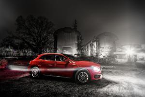 Schwarzweiss-Aufnahme eines Mercedes BMZ GLA in rot