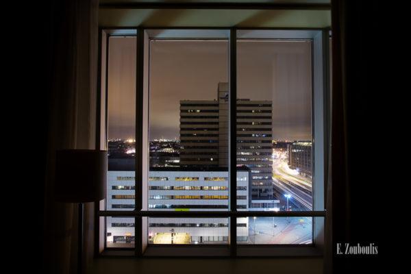 Nachtaufnahme mit Blick aus einem Fenster mit Ausblick auf Rotterdam