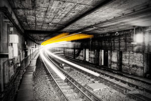 Schwarzweiss-Aufnahme eines Strassenbahn-Lichtschweifs im Tunnel