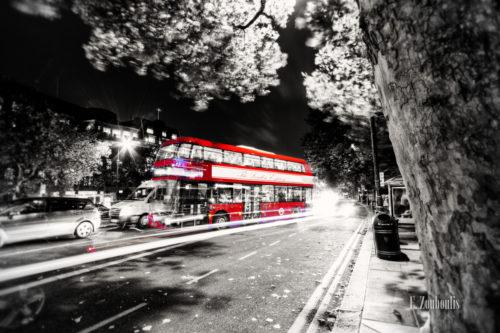 Typisch roter Londoner Bus in einer Schwarzweiss-Aufnahme bei Nacht in London