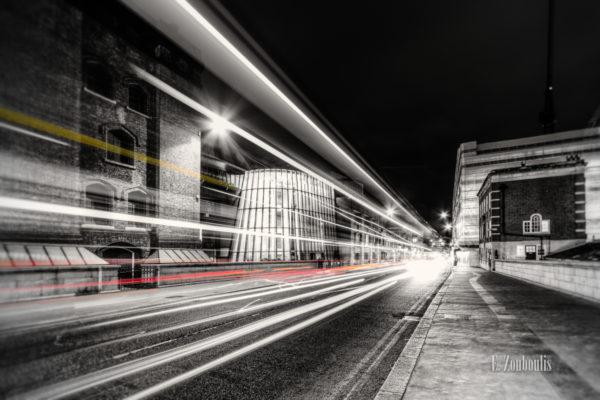 Der Londoner Verkehr als farbiger Lichtschweif auf der Tower Bridge Road in Schwarzweiss