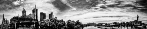 Schwarzweiß Panorama in Melbourne Australien. Blick über den Yarra River auf den Finanzdistrikt