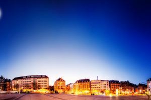 360 Grad Panorama am Marienplatz in Stuttgart. Links oben ist der Vollmond zu sehen