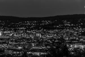 Nacht Panorama in Schwarzweiß mit Blick über Stuttgart. Im Hintergrund rechts ist der Fernsehturm zu sehen.