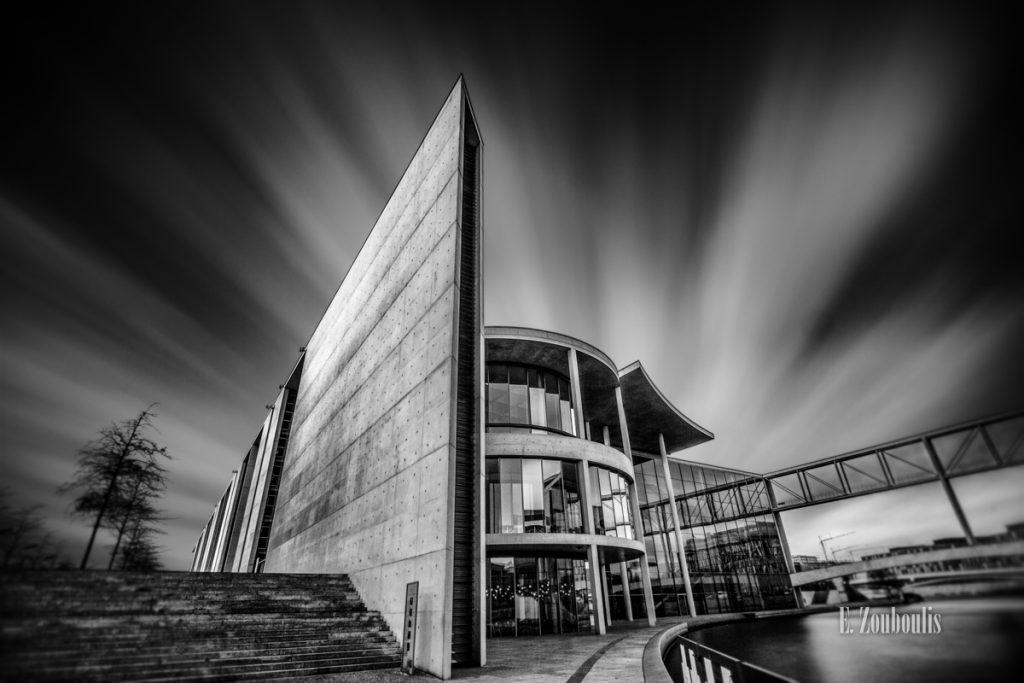 Schwarzweiß Langzeitbelichtung am Paul Löbe Haus in Berlin mit vorüberziehenden Wolken über dem Gebäude