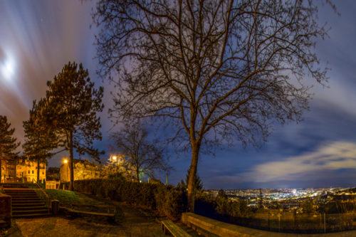 Nachtaufnahme vom Santiago De Chile Platz in Stuttgart an der Alten Weinsteige. Langzeitbelichtung, die die Bewegung der Wolken, die den Mond verdecken, sichtbar macht