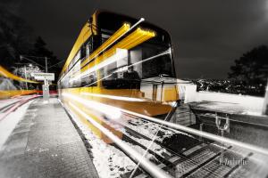 Schwarzweiss-Aufnahme einer einfahrenden Zahnradbahn in gelb an der Wielandshöhe in Stuttgart