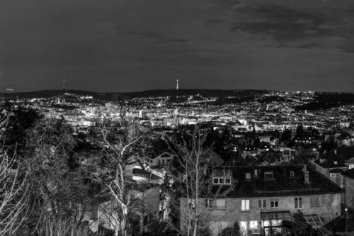 Schwarzweiss-Panorama mit Blick über die Innenstadt von Stuttgart auf den Fernsehturm in der Mitte des Bildes