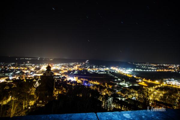 Nachtaufnahme in Herrenberg mit Blick auf die Stiftskirche und den funkelnden Lichtern der Stadt