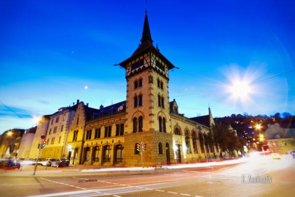 Aufnahme zur blauen Stunde am alten Feuerwehrhaus in Stuttgart Heslach gegenüber der Matthäuskirche bei vorbeiziehendem Verkehr