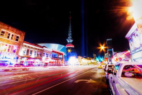 Nachtaufnahme in Nashville, Tennessee. Entlang des Broadway sind der Verkehr und die funkelnden Lichter der Stadt zu sehen