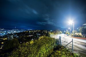 Nacht-Aufnahme in Stuttgart Killesberg mit Blick Richtung Fernsehturm und Lichtschweifen von dem Verkehr auf der Straße
