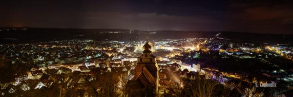 Nacht Panorama von Herrenberg aus der Sicht vom Schloßberg, mit Blick auf die Stiftskirche und die funkelnden Lichter der Stadt