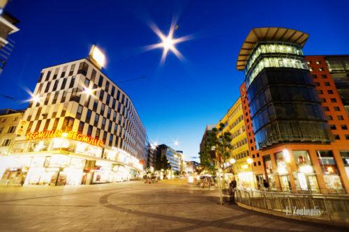 Farbenfrohe Aufnahme vom Rotebühlplatz Stuttgart zur blauen Stunde