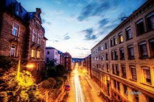 Blick über dem Schwabtunnel auf die Schwabstraße Richtung Stuttgart-West zur blauen Stunde