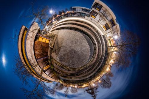 Die Theodor Heuss Realschule in Gärtringen in Kugelform – als kleiner eigenständiger Planet