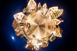 Der Marktplatz in Gärtringen in Kugelform - als kleiner eigenständiger Planet