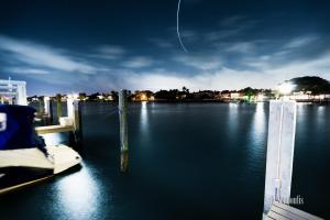 Nachtaufnahme an einer Anlegestelle in Miami Beach, Florida