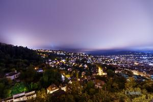 Nachtaufnahme mit Blick von der Weinsteige in Stuttgart