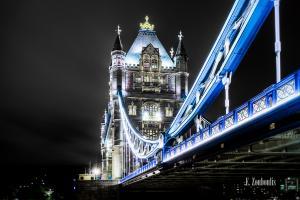Nachtaufnahme an der Tower Bridge in London.