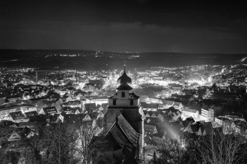 Nacht Panorama von Herrenberg in Schwarzweiß aus der Sicht vom Schloßberg, mit Blick auf die Stiftskirche und die funkelnden Lichter der Stadt